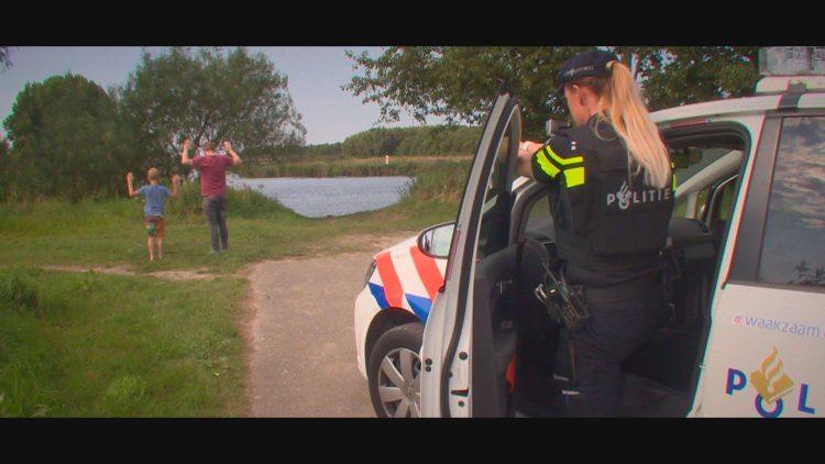 Agenten richten wapens op figuranten Stijn Middeldorp en Sander van der Meulen (Foto door PAB247 / Lex Wind)